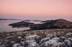 Sikt över den Kornati nationalparken i Kroatien under solnedgången Arkivbilder