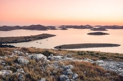 Sikt över den Kornati nationalparken i Kroatien under solnedgången Royaltyfri Foto
