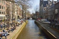Sikt över den Leliegracht kanalen i Amsterdam Royaltyfri Bild