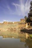 Sikt över den Oum Errabia floden och den Kasba Tadla staden i Béni-Mellal royaltyfria bilder