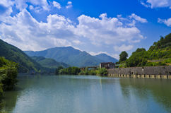 Sikt över den Serchio floden - Italien Royaltyfri Bild