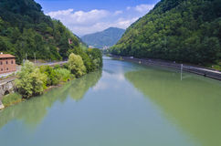 Sikt över den Serchio floden - Italien Arkivbilder