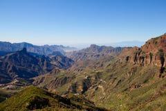 Sikt över det ojämna centrala Gran Canarian landskapet med roque Bentayga Arkivbild