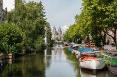 Sikt över en kanal i Amsterdam royaltyfria foton