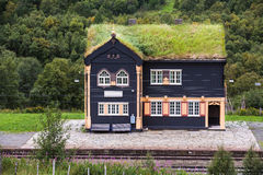 Sikt över en liten järnvägsstation i Norge Royaltyfri Bild