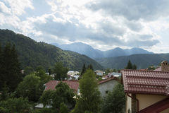 Sikt över en liten semesterort i Bucegi berg Fotografering för Bildbyråer