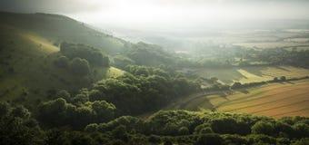 Sikt över engelskt bygdlandskap under helgdagsafton för sen sommar Arkivfoto