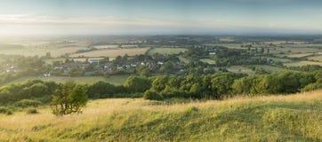 Sikt över engelskt bygdlandskap under helgdagsafton för sen sommar Royaltyfria Bilder