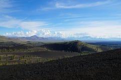 Sikt över ett svart vulkaniskt lavalandskap från infernokotten Arkivbild