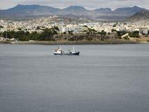 Sikt över fiskeport och staden, San Vincente, Mindelo, Royaltyfria Bilder