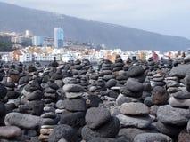 Sikt över fjärden av puertocruzstaden i tenerife med berg och vågor och bränning som bryter på kusten royaltyfri fotografi
