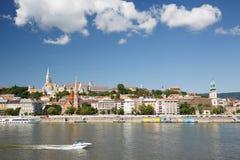 Sikt över flodDonauen in mot bastionen för fiskare` s in fotografering för bildbyråer