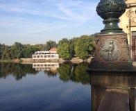 Sikt över floden i mitten av Prague Fotografering för Bildbyråer