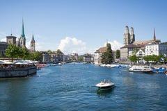 Sikt över floden i Zurich, Schweiz från bron Royaltyfria Foton