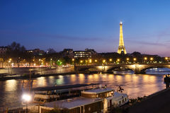 Sikt över floden in mot upplyst Eiffeltorn Arkivbilder