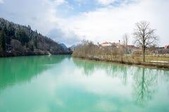 Sikt över floden nästan Neuschweinstein royaltyfri fotografi