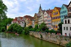 Sikt över floden Neckar med färgrika gamla byggnader, Tuebingen, Tyskland Royaltyfria Foton