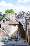 Sikt över floden Ouse och bron i staden av York, UK Arkivfoto