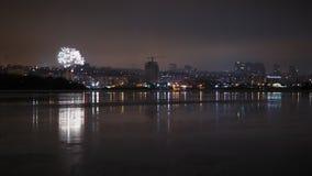 Sikt över floden som ska saluteras i himlen ovanför staden stock video