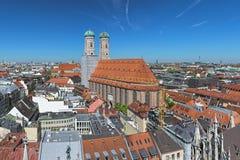Sikt över Frauenkirche i Munich, Tyskland royaltyfri bild