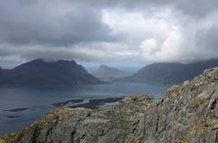 Sikt över Gimsoystraumen till halvön Gimsoy från bergöverkant på en regnig dag Arkivbilder