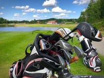 Sikt över Golfstar Brollsta klubbahus från den nionde utslagsplatsen Arkivfoto