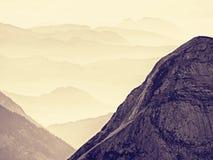 Sikt över höga skarpa bergmaxima från nivån, härlig sikt Fantastisk drömlik soluppgång Arkivbild