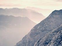 Sikt över höga skarpa bergmaxima från nivån, härlig sikt Fantastisk drömlik soluppgång Royaltyfri Bild