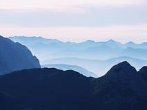 Sikt över höga skarpa bergmaxima från nivån, härlig sikt Fantastisk drömlik soluppgång Royaltyfri Fotografi