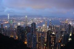 Sikt över Hong Kong från det maximalt efter solnedgång Arkivfoto