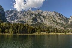 Sikt över koenigssee till den Watzmann bergskedjan Royaltyfri Fotografi