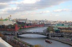 Sikt över Kreml och Moskvafloden Arkivbilder