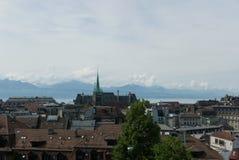 Sikt över Lausanne från bergstoppet royaltyfri fotografi