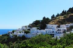 Sikt över Lindos - traditionell vit stad, Rhodes, Grekland royaltyfria bilder