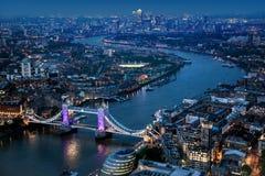 Sikt över London på natten Arkivbild