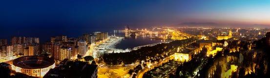 Sikt över Malaga på natten Andalusia Spanien Arkivbild