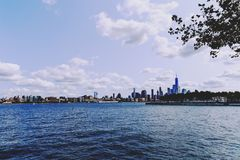 Sikt över Manhattan och Hudsonet River från den Hoboken riveresiden Arkivfoto
