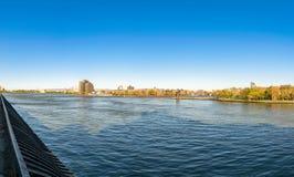Sikt över News York City East River, in mot den Triborough bron och delarna av Roosevelt Island och Queens arkivfoto