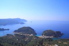 Sikt över Paleokastritsa på den Korfu ön arkivbild