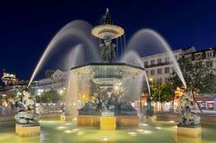 Sikt över Praca de D Den Pedro droppen eller Rossio med brons springbrunnen, statyn av den Pedro droppen och den nationella teate royaltyfri fotografi
