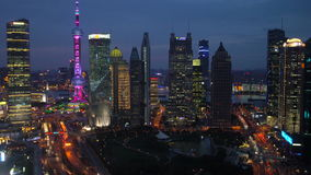 Sikt över Pudong det finansiella området på skymning, Shanghai arkivfilmer