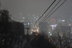 Sikt över Seoul, Sydkorea, på natten från det Namsan berget Royaltyfri Fotografi