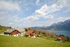 Sikt över sjön Attersee - lantgård semestrar, Salzburger land - fjällängar Österrike royaltyfri foto