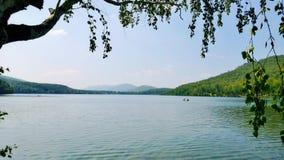 Sikt över sjön till de blåa kullarna Arkivbilder