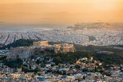 Sikt över staden av Aten, Grekland, med akropolkullen och Parthenontemplet royaltyfri foto