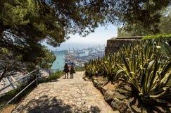 Sikt över staden och porten från den Montjuic kullen, sjösidacityscape, Barcelona, Spanien royaltyfri foto
