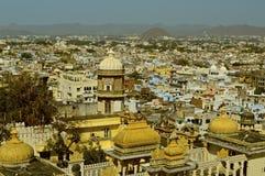 Sikt över tak och slott av Udaipur royaltyfri fotografi