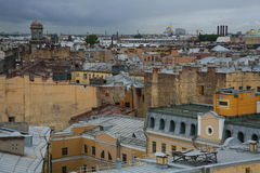 Sikt över taken av den gamla europeiska staden Arkivbilder