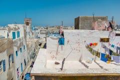 Sikt över taken av hus med olik kläder, når tvätt i den gamla arabiska staden av Essaouira royaltyfri fotografi