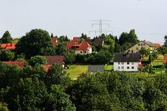 Sikt över tysk by i sommar Arkivfoto